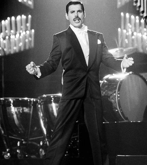 Stilul vestimentar maiestuos al lui Freddie Mercury - travelandbeauty.ro