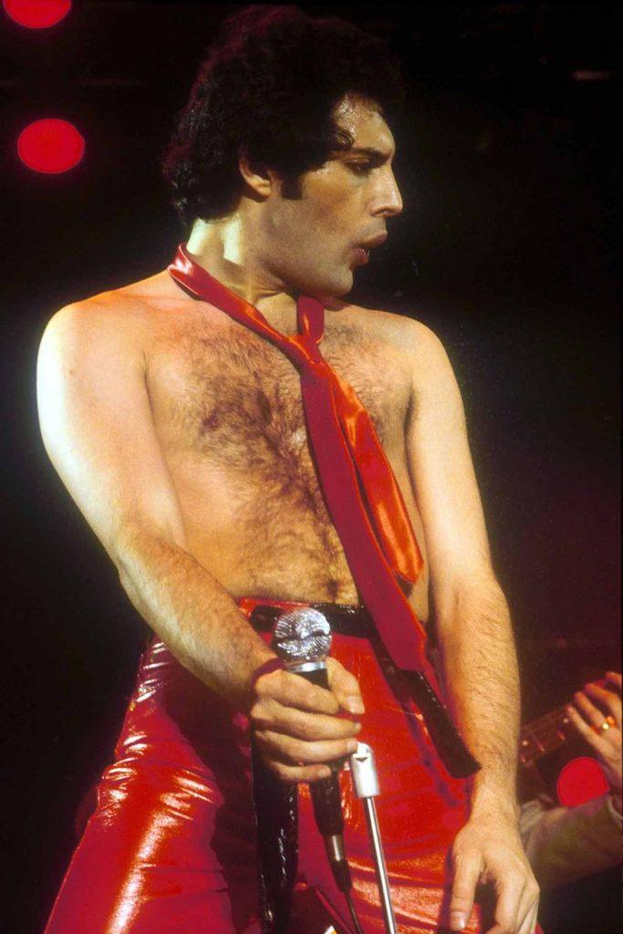 Stilul vestimentar maiestuos al lui Freddie Mercury - tarvelandbeauty.ro