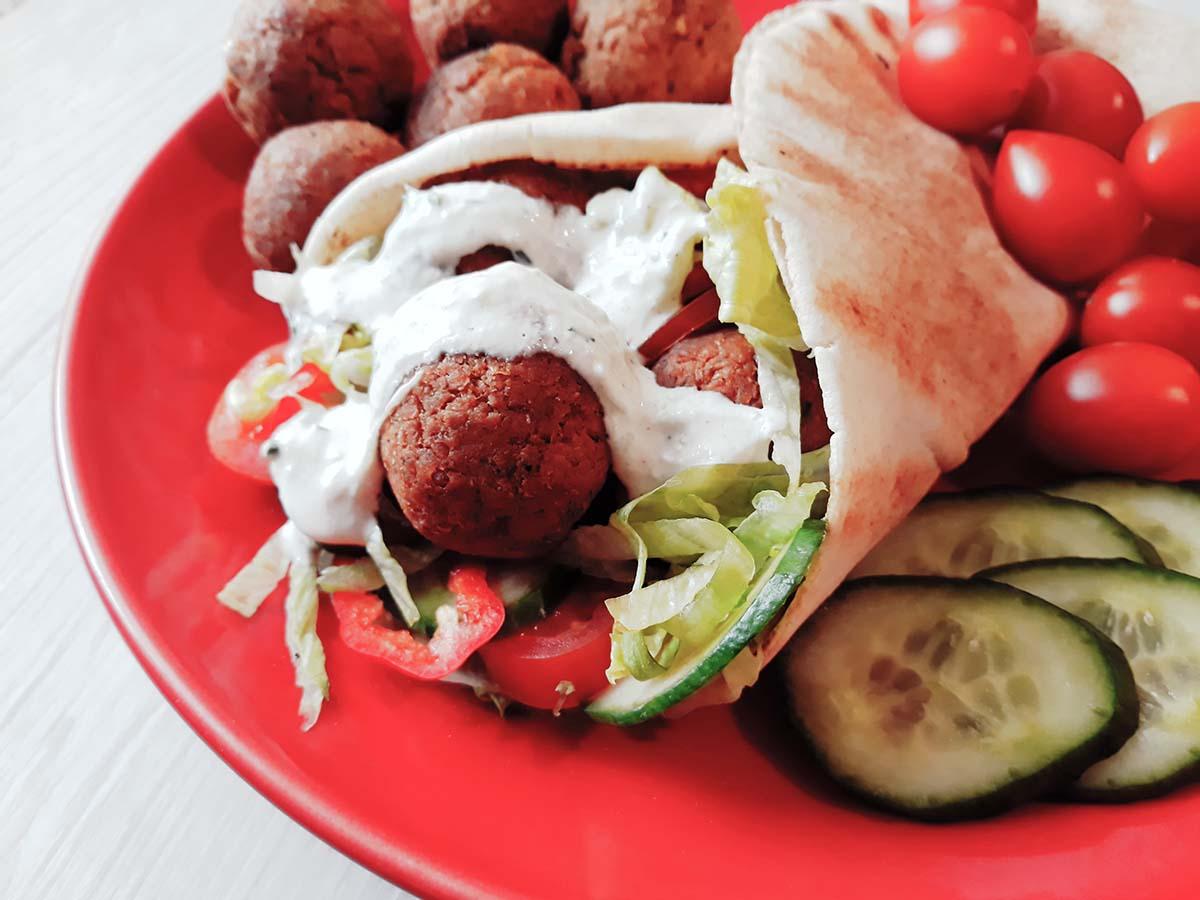 Rețete simple: Falafel cu sos de iaurt - travelandbeauty.ro