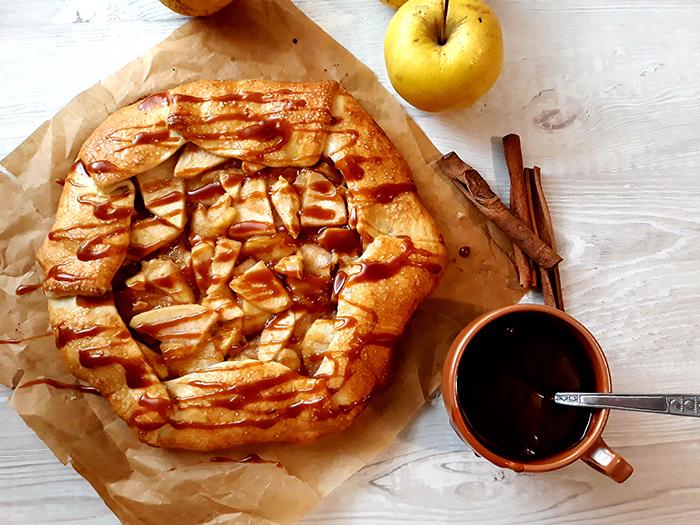 Rețete simple: Galette cu mere și sos de caramel - travelandbeauty.ro